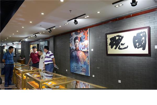 中华炎黄砚文化研究会的书画展览会场